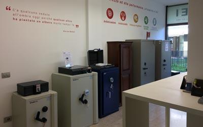 SEI Sistemi di Sicurezza Padova esposizione nuove casseforti in via Pellizzo